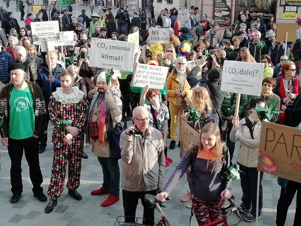 Marsz dla Górek Czechowskich, ludzie z hasłami przeciw niszczeniu naturalnego krajobrazu Górek. 31 marca 2019.