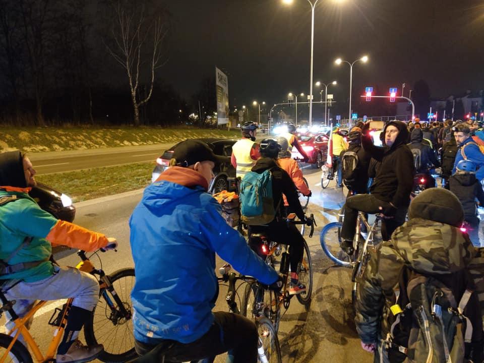 Masa krytyczna wokół Górek. Rowerzyści jadący nocą. 29 marca 2019.